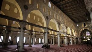 Intérieur de la mosquée d'Al-Aqsa (Crédit : Ahmad Gharabli/AFP)