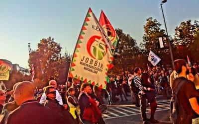 Une manifestation du parti hongrois d'extrême-droite Jobbik à Budapest, le 23 octobre 2012 (Crédit : CC BY Orlovic/Wikimedia Commons)