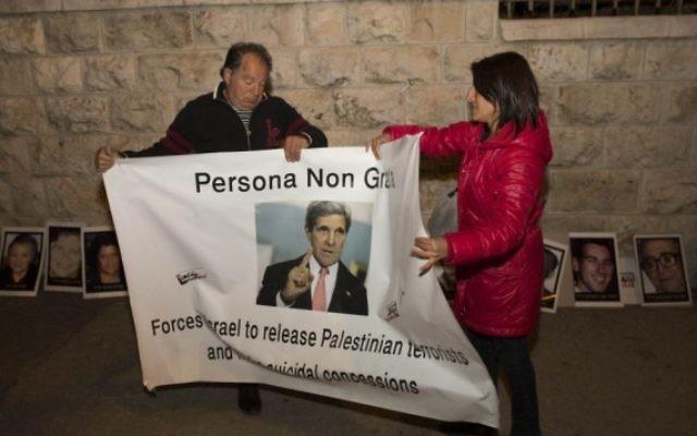 Affiche de Kerry : persona non grata (Crédit : Yonatan Sindel/Flash 90)