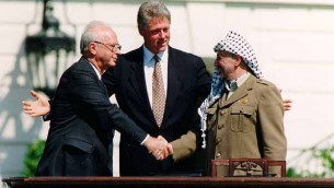 La poignée de main entre Yitzhak Rabin et Yasser Arafat, accompagnés de Bill Clinton, après la signature des Accords d'Oslo, le 13 septembre 1993. (Crédit : Vince Musi/The White House/Wikimedia commons)
