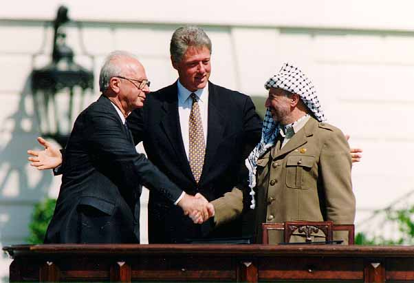 La poignée de main entre Yitzhak Rabin et Yasser Arafat accompagné de Bill Clinton après la signature des Accords d'Oslo (Crédit : Vince Musi/The White House/Wikimedia commons)