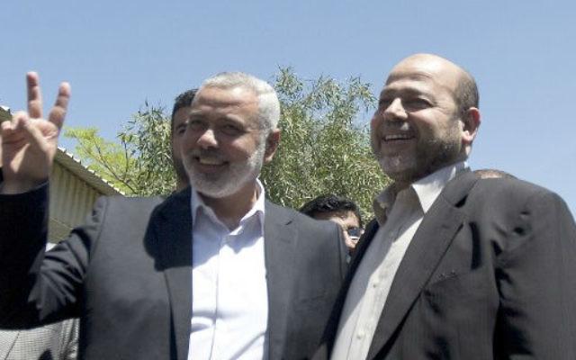 Le Premier ministre Hamas Ismail Haniyeh (à gauche) et Mussa Abu Marzuk (Crédit : Mahmud Hams/AFP)