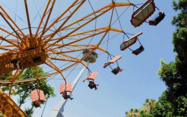 Le carroussel au Luna Park de Tel Aviv (Crédit : Gili Yaari/Flash 90)