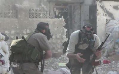 Des rebelles syriens portent des masques à gaz contre une attaque chimique, en 2013 (Crédit : capture d'écran Youtube/MrMrAsi)