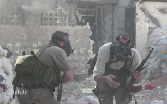 Des rebelles syriens portent des masques à gaz contre une attaque chimique, 2013 (Crédit : capture d'écran Youtube/MrMrAsi)