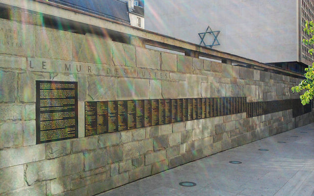 Le mur des Justes, allée des Justes à Paris, avec les noms des Justes parmi les nations français (Crédit : Marcvjnicolas/Wikimedia commons/CC BY-SA 3.0)