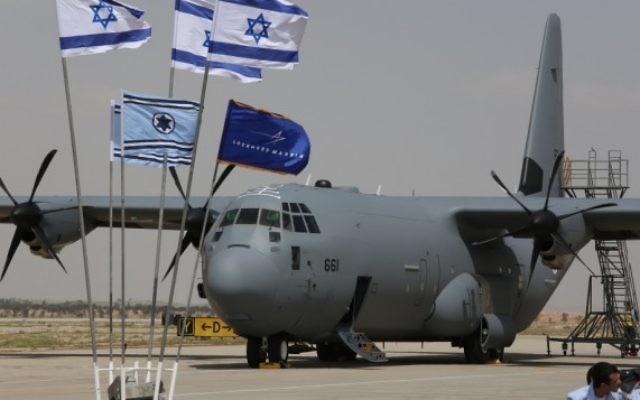 Le premier d'une flotte de trois appareils C-130J est arrivé à la base aérienne de Nevatim dans le sud d'Israël mardi 8 avril (Crédit : autorisation de Diego Mitelberg)