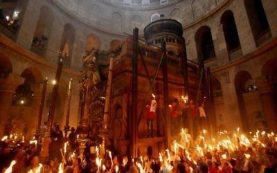 Le samedi des Lumières à l'Eglise du Saint Sépulcre de Jérusalem (Crédit : Gali Tibbon/AFP)
