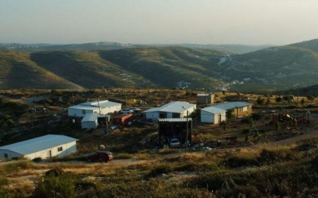 Le soleil se couche sur sur l'avant-poste de Yitzhar (Crédit : Mandy Hechtman/Flash 90)