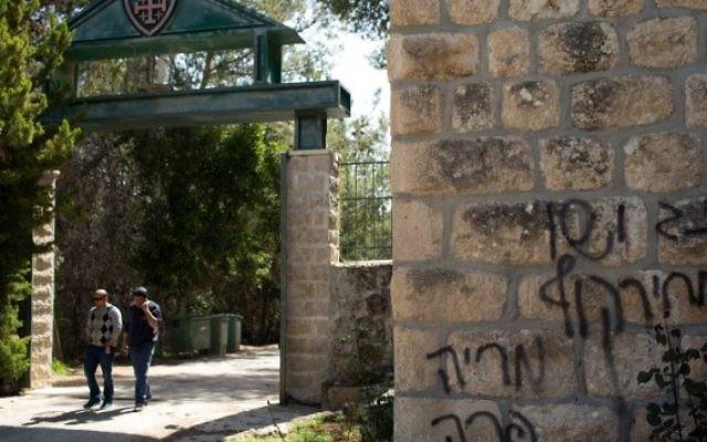 """Les graffitis découverts mardi matin : """"Marie est une vache"""", """"L'Amérique (est) l'Allemagne nazie"""", """"le prix à payer"""" ont été inscrits en hébreu (Crédit : AFP/Menahem Kahana)"""