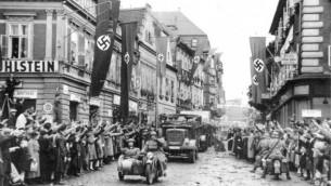 Les troupes allemandes entrant dans le Sudetenland le 9 octobre 1938 (Crédit : Archives fédérales allemandes/Wikimedia commons)