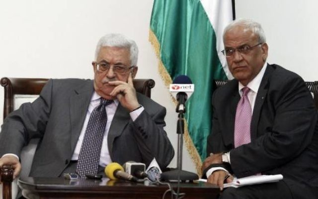 Le président de l'Autorité palestinienne, Mahmoud Abbas, et le négociateur en chef palestinien Saeb Erekat. (Crédit : Uri Lenzi/Flash90)