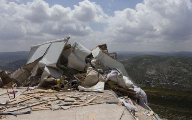 Des structures illégales démolies par les forces de sécurité dans l'implantation d'Yitzhar, en Cisjordanie, en avril 2014. (Crédit Flash 90)