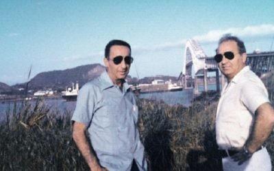 Mike Harari (à gauche) et le commandant Itzhak Hofi dans les années 1970 au Panama (Crédit : autorisation Mike Harari)