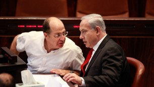 Moshe Yaalon et Benjamin Netanyahu à la Knesset, le 24 novembre 2015. (Crédit : Uri Lenz/Flash 90)