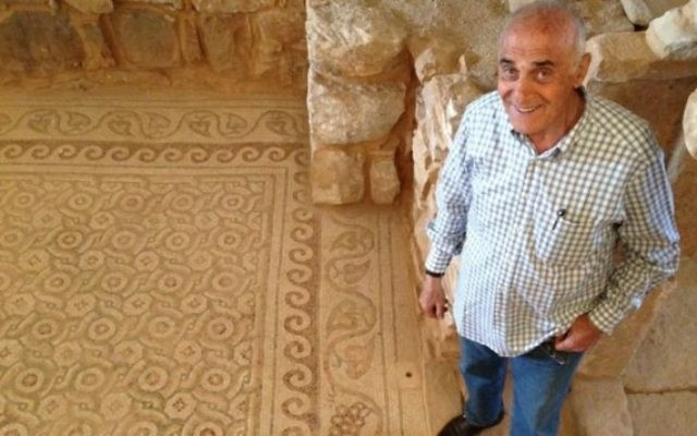 Munib al-Masri à son domicile, où a été découvert un temple byzantin (Crédit : Ehanan Miller/Times of Israel)
