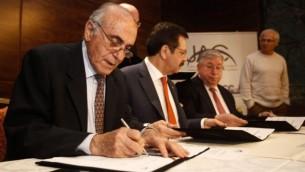 Munib al-Masri, Rifat Hisarciklioglu (centre) et Oren Shachor (à droite) à Jérusalem pour la signature d'un nouvel arbitrage commercial entre Israéliens et Palestiniens sous l'égide de la Turquie (Crédit : Flash 90)