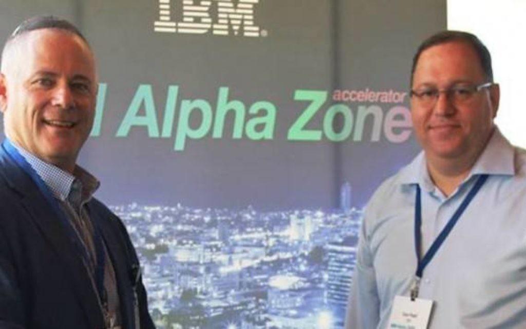 Nathan Low (à gauche) et Dror Pearl à l'inauguration de IBM Alpha Zone (Crédit : autorisation)