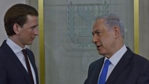 Le ministre autrichien des Affaires étrangères, Sebastian Kurz, à gauche, avec le Premier ministre Benjamin Netanyahu à Jérusalem, le 23 avril 2014. (Crédit : Kobi Gideon/GPO/Flash90)