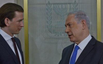 Sebastian Kurz, à gauche, alors ministre autrichien des Affaires étrangères, avec le Premier ministre Benjamin Netanyahu à Jérusalem, le 23 avril 2014. (Crédit : Kobi Gideon/GPO/Flash90)