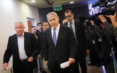 Netanyahu arrivant à un conseil des ministres avec Avi Dichter (Crédit : Miriam Alster/Flash 90)