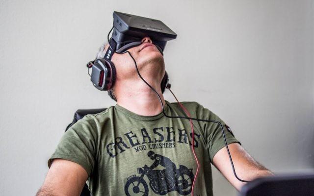 Sergey Orlovskiy teste la première version du Rift d'Oculus (Crédit : CC BY Sergey Galyonkin/Flickr)