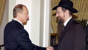 Le président russe Vladimir Poutine (à gauche) et le grand rabbin de Russie Berel Lazar, en mars 2005. (Crédit : Kremlin/JTA)