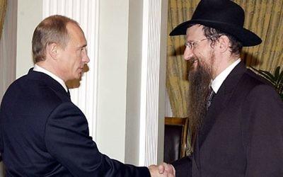 Le président russe Vladimir Poutine, à gauche, et le grand rabbin de Russie Berel Lazar, en mars 2005. (Crédit : Kremlin/JTA)