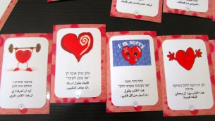 Quelques cartes de jeu utilisées pour aider les bénévoles (Crédit : Debra Kamin/Times of Israel)