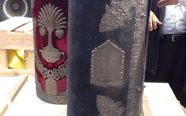Rouleaux de Torah interceptés par l'Egypte (Crédit : ministère égyptien des Antiquités/AFP)
