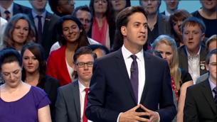 Le chef du parti travailliste britannique Ed Miliband lors d'une conférence de son parti (Crédit : capture d'écran Youtube/Labour Party)