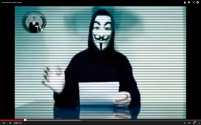 Un membre du groupe de hackers Anonymous annonce une nouvelle opération via YouTube (Crédit : Capture d'écran Youtube)