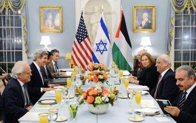 Le secrétaire d'État américain John Kerry organise un dîner pour la ministre israélienne de la Justice et négociatrice en chef Tzipi Livni et le négociateur en chef palestinien Saeb Erekat (Crédit : US State Department/domaine public)