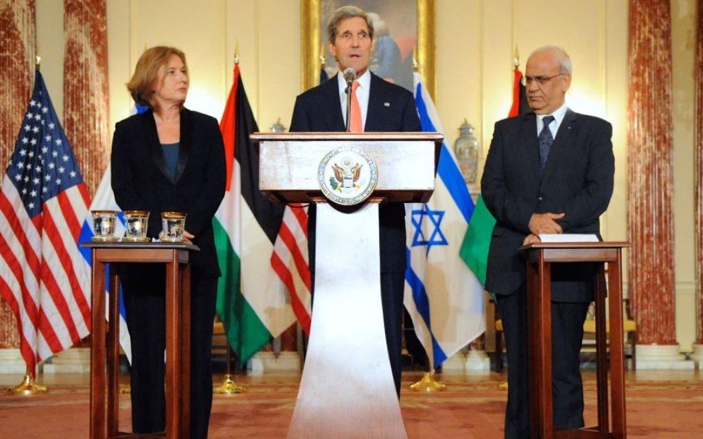 Le secrétaire d'État américain John Kerry, la ministre israélienne de la Justice et négociatrice en chef Tzipi Livni et le négociateur en chef palestinien, Saeb Erekat, le 30 juillet 2013 (Crédit département d'Etat des Etats-Unis/domaine public)
