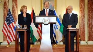 Le secrétaire d'État américain John Kerry, la ministre israélienne de la Justice et négociatrice en chef Tzipi Livni et le négociateur en chef palestinien, Saeb Erekat répondent aux questions des journalistes, le 30 juillet 2013 (Crédit : US State Department/domaine public)