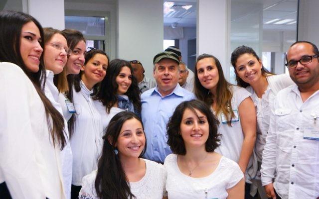Natan Sharansky et l'équipe francophone du centre d'appel téléphonique (Crédit : autorisation de l'Agence juive)