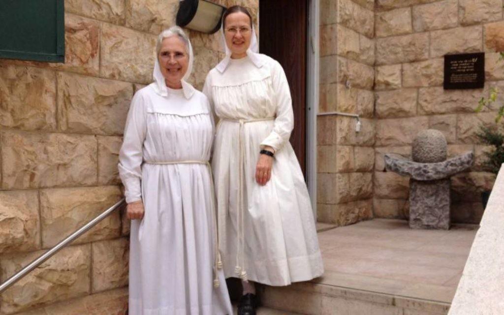 Soeur Gratia (à gauche) et Soeur Yahalom devant le Beit Avraham au 10 de la rue Ein Guedi à Jérusalem. (Crédit : Renee Ghert-Zand)