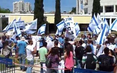 Des étudiants manifestent devant l'Université de Tel Aviv, le 6 avril 2014 (Crédit : capture d'écran Youtube)