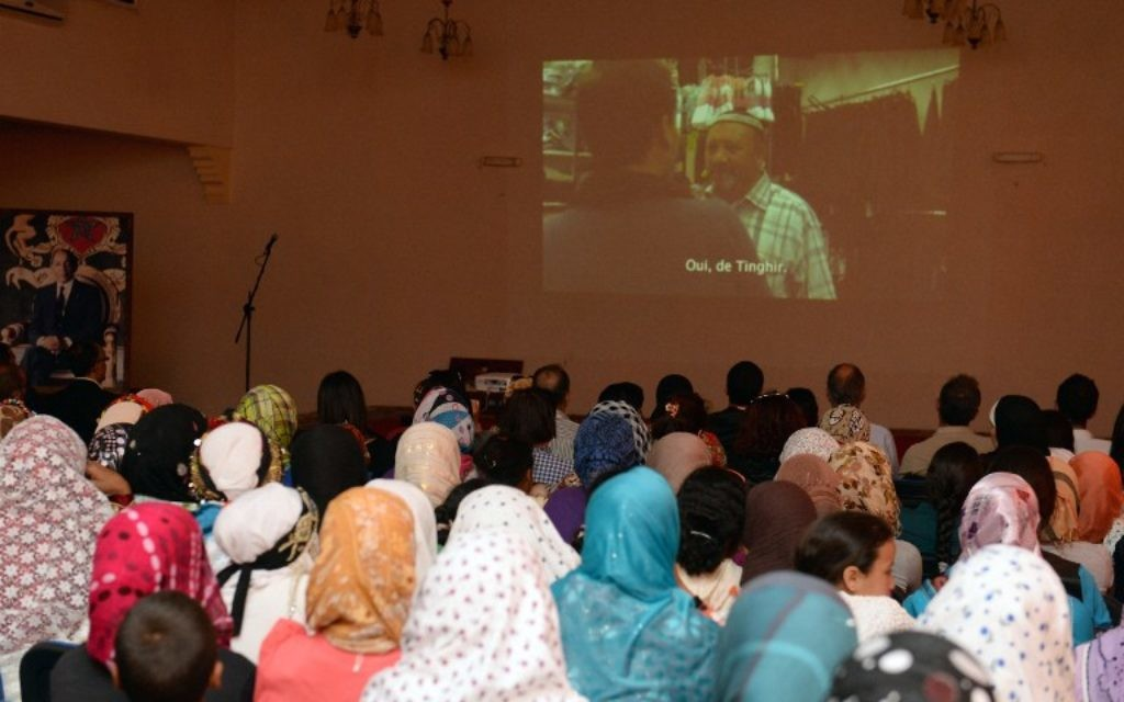 """Des marocains à une projection d'un film du réalisateur franco-marocain Kamal Hachkar, sur les Juifs du Maroc """"Tinghir Jerusalem les Echos du Mellah"""", à Tinghir - 21 avril 2014. (Crédit : FADEL SENNA/AFP)"""