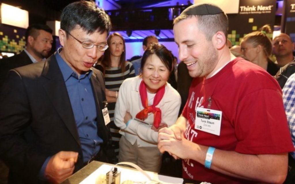 Tuvia Elbaum (droite) en train de discuter avec le Dr Harry Shum (Crédit : DR)