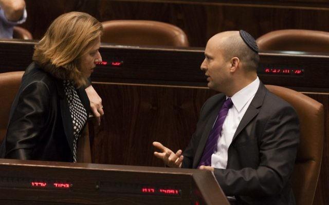 Tzipi Livni et Naftali Bennett à la Knesset - octobre 2013 (Crédit : Flash 90)