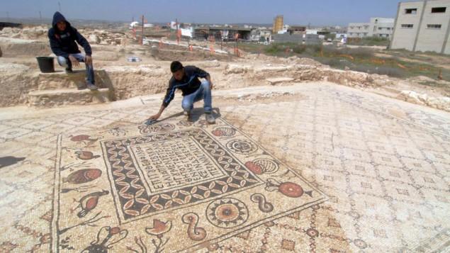 Un archéologue nettoie le sol en mosaique qui décorait le monastère du village bédouin de Hura dans la partie nord du Néguev (Crédit : Flash 90)