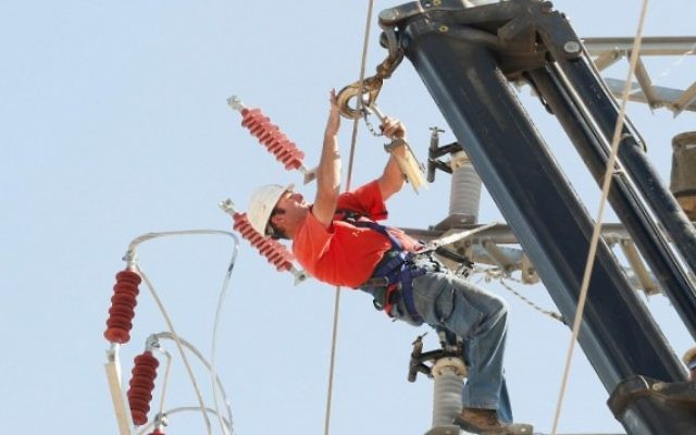 Un travailleur de la compagnie d'électricité israélienne (Crédit : Roni Schutzer/Flash 90)