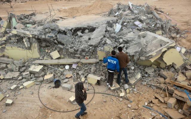 Une maison démolie dans le village bédouin de Bir al Meshash (Crédit : Jorge Novominsky/Flash90)