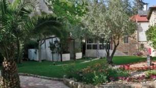Une vue panoramique sur Beit Avraham et son jardin (Crédit : Batya Kenanie-Bram)