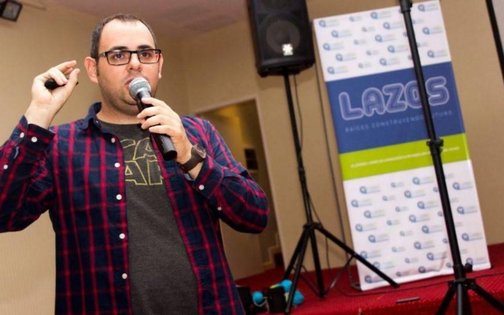 Victor Rottenstein donne un discours sur la baisse des effectifs de la communauté juive en Amérique latine (Crédit : autorisation Lazos via JTA)