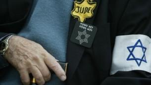 Un rescapé de la Shoah tient une canne au mémorial de Yad Vashem à Jérusalem (Crédit : Pierre Terdjman/Flash90)
