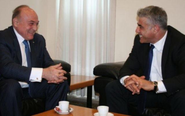 Yair Lapid et Shukri Bishara (Crédit : Anat Hamami/ministère des Finances)