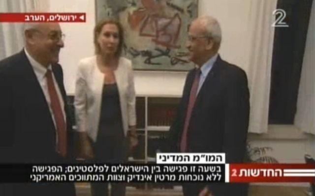 Yitzhak Molcho (gauche), Tzipi Livni et Saeb Erekat (Crédit : capture d'écran YouTube)