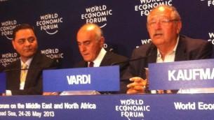 Yossi Vardi (à droite) et Munib al-Masri (à gauche) au lancement de Breaking the impasse en Jordanie, 2012 (Crédit : Times of Israel staff)